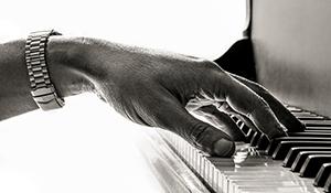 Keyboard Player – Mike Lindup